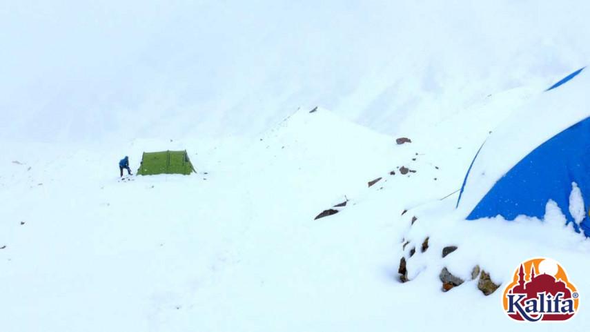 A hajnalban lezúduló lavina porhóval borította be a tábort