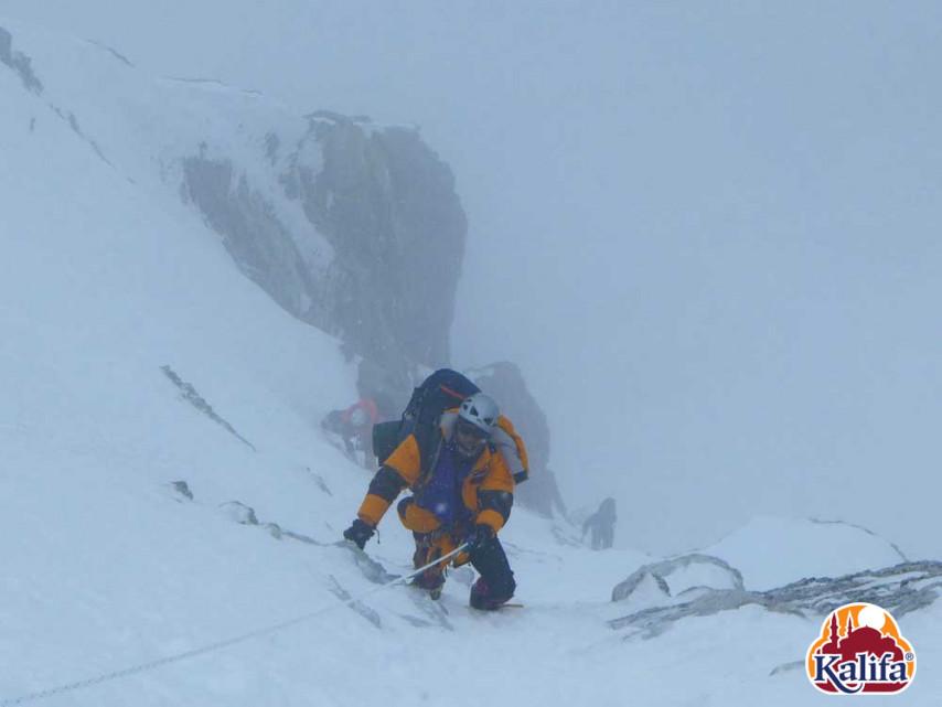 Minimálisra csökkent látótávolság, erős havazás. Japán kuloár...